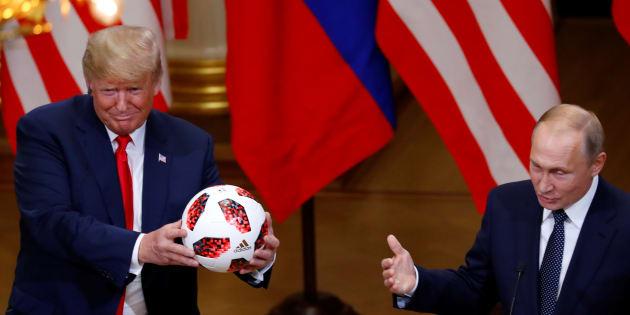 Donald Trump reçoit le cadeau de Vladimir Poutine: un ballon aux couleurs du Mondial 2018.