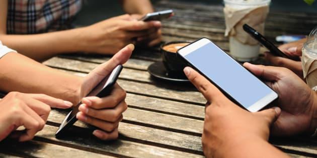 """""""D'anciens cadres de Google ou de Facebook se sont faitune spécialité de dénoncer les effets pervers de l'hyperconnexion et l'addiction aux réseaux sociaux."""""""