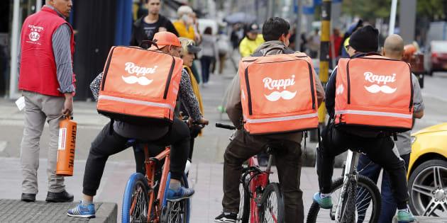 Repartidores de Rappi en Bogotá, cuna de la empresa de delivery de comida y mensajería que se expande por América Latina (AFP | John VIZCAINO)