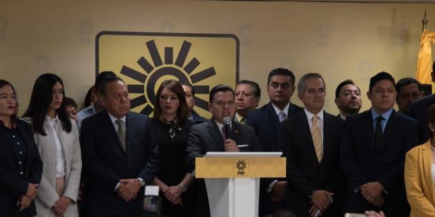 Manuel Granados Covarrubias, presidente nacional del PRD, e integrantes del CEN del PRD, durante la conferencia de prensa.