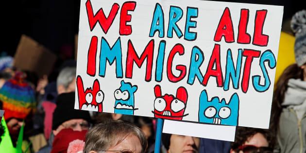 Un manifestant tient une pancarte de protestation contre le Muslim Ban du président Donald Trump, à Philadelphie, le 4 février 2017.