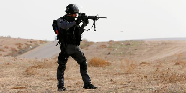Un officie de la police aux frontères à Umm Al-Hiran, le 18 janvier 2017. REUTERS/Ammar Awad