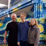 Familia pinta su casa de la 'Noche Estrellada' para que su hijo autista no se
