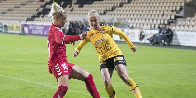 Lors de la Champions League de football à Lillestrom en Norvège, les joueuses Anja Sonstevold à droite et Loise Kristiansen s'affronte.