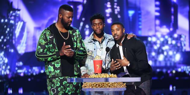 Les acteurs Winston Duke, Chadwick Boseman et Michael B. Jordan étaient sur la scène pour accepter le prix du meilleur film pour Black Panther.