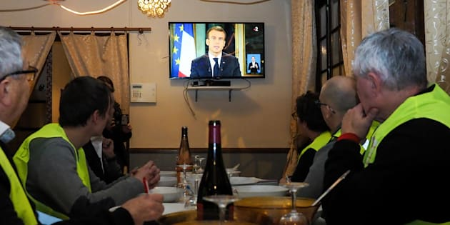 Le gouvernement est engagé dans une course contre la montre pour concrétiser les promesses d'Emmanuel Macron aux gilets jaunes (photo: des gilets jaunes devant l'allocution du président le 10 décembre).