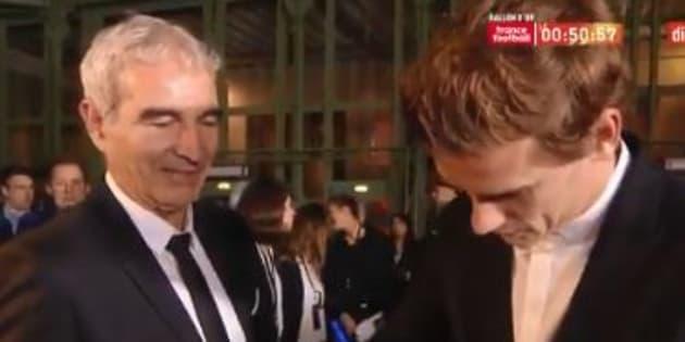 Domenech demande un autographe a Griezmann avant la remise du Ballon d'Or à Paris le 3 décembre 2018.