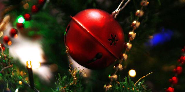 Albero di Natale con decorazioni rosse e dorate: fiocco di neve e campanello