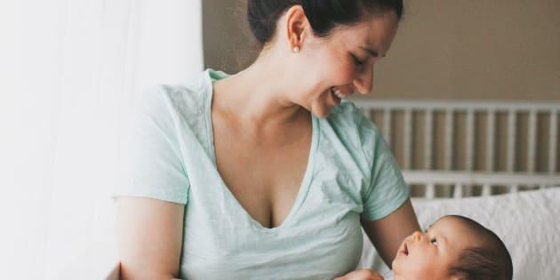 Pourquoi des mammifères, dont les humains, préfèrent porter leur bébé du côté gauche.