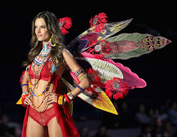 Alessandra Ambrosio's takes final walk at 2017 VSFS