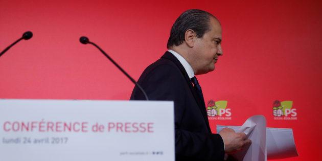 L'ancien Premier secrétaire du Parti Socialiste Jean-Christophe Cambadélis quitte une conférence de presse lors d'une réunion du parti rue de Solferino, le 24 Avril 2017, au lendemain du 1er tour de l'élection présidentielle.