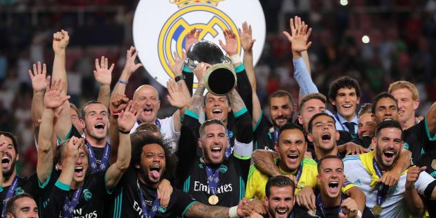 Les joueurs du Real Madrid soulèvent le trophée après leur victoire contre Manchester United en finale de la Supercoupe d'Europe, le 8 août à Skopje, en Macédoine.
