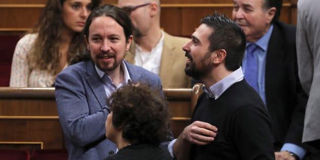 El líder de Podemos, Pablo Iglesias, con el senador Ramón Espinar, hoy en el Congreso.