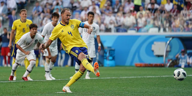 Jogador sueco cobra pênalti marcado com auxílio do VAR diante da Coreia do Sul.