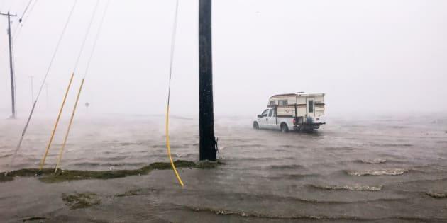 """O NHC alerta que o aumento de maré pode acompanhar """"grandes e destruidoras ondas""""."""