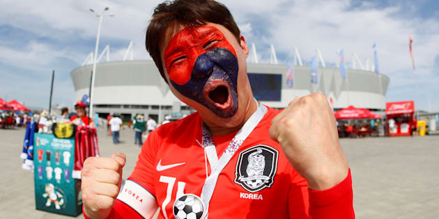 Aficionados coreanos asisten a la cita con México en Rostov.