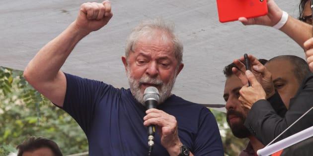 Lula discursa em São Bernardo do Campo momentos antes de sua prisão, em 7 de abril.
