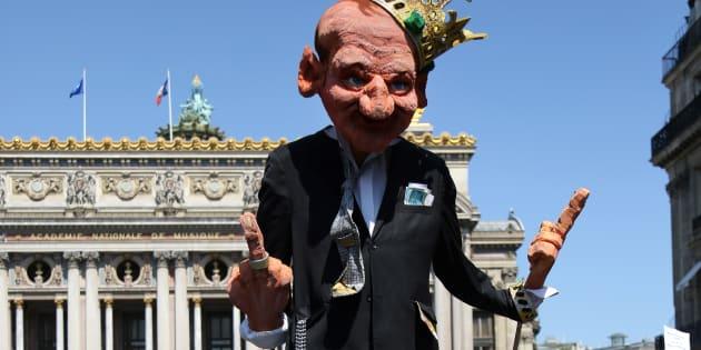 """Une marionnette représentant le Président Emmanuel Macron lors du défilé """"La fête à Macron"""" le 5 mai 2018, devant l'Opéra de Paris."""