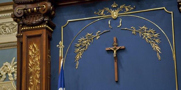Le crucifix fut placé dans l'Assemblée nationale en 1936 par Maurice Duplessis pour signifier un rapprochement entre l'État et l'Église catholique.