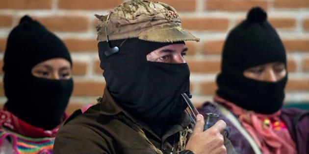 El líder del Ejército Zapatista de Liberación Nacional (EZLN), Subcomandante Marcos fuma una pipa durante la apertura del foro para conmemorar el decimoquinto aniversario del levantamiento zapatista en San Critobal de las Casas en el estado mexicano de Chiapas.