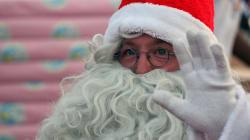 Un chef d'orchestre nie l'existence du Père Noël devant des enfants, et se fait