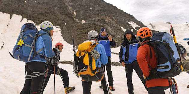 Des gendarmes du PGHM vérifiant les réservations d'un groupe d'alpinistes au refuge du Goûter lors de leur ascension du Mont-Blanc le 6 août 2018.