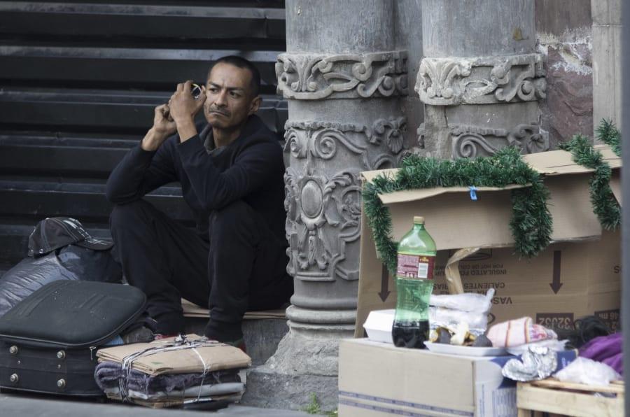 Un hombre en situación de calle sobre Avenida Juárez, Centro Histórico.