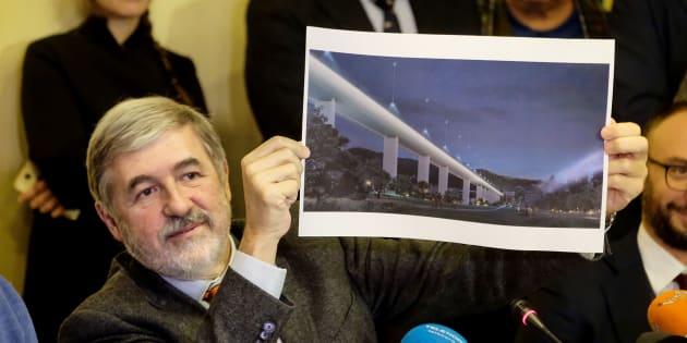 Le maire de Gênes, Marco Bucci, présentant le projet de reconstruction du pont Morandi de Renzo Piano le 18 décembre 2018.
