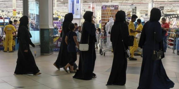 Un grupo de mujeres acude a un supermercado de Doha para comprar alimentos, ante el temor de un posible desabastecimiento causado por la crisis en el Golfo.
