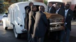 Aretha Franklin vestita d'oro scintillante. Per il suo funerale 24 cadillac