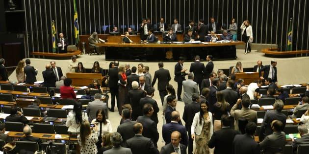 Câmara vota reforma política e criação de fundo bilionário para campanhas.
