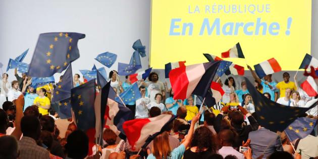 Des militants de La République en Marche lors d'un meeting du parti à Paris le 8 juillet.