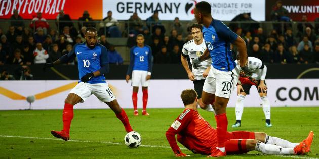Alexandre Lacazette ouvre le score en Allemagne le 14 novembre 2017.