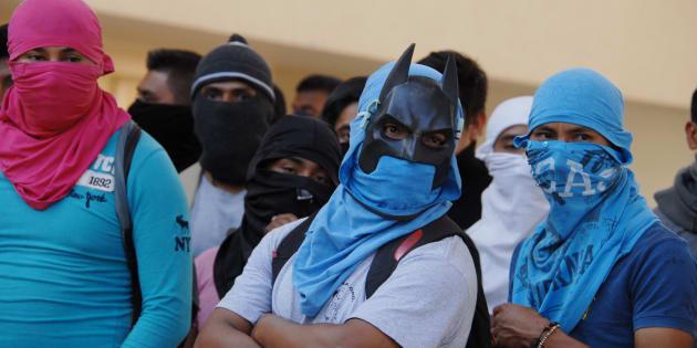 CHILPANCINGO, GUERRERO, 12ENERO2017.- Padres de familia de los 43 estudiantes desaparecidos en Iguala de la normal rural Raúl Isidro Burgos de Ayotzinapa, y representantes de la Coordinadora Estatal de Trabajadores de la Educación en Guerrero (CETEG) llevaron a cabo un mitin para exigir la liberación de los detenidos de la Concepción.