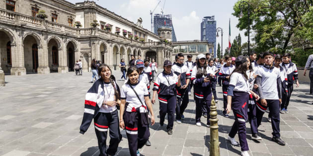 A school field trip to the Castillo de Chapultepec Castle. (Photo by: Jeffrey Greenberg/UIG via Getty Images)