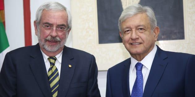 Andrés Manuel López Obrador, presidente electo de México y Enrique Graue Wiechers, rector de la UNAM, durante la reunión que sostuvieron en la casa de transición.