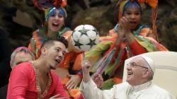 Las redes no perdonan al Papa Francisco cuando hizo girar un balón de fut sobre su