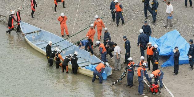 5人が死亡した川下り船転覆事故で、天竜川の川底から引き揚げられた川下り船(静岡・浜松市天竜区)