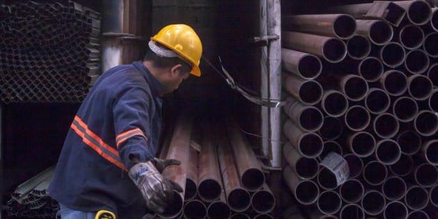 Un hombre durante su jornada laboral en una fábrica de distribución de acero en Monterrey, en el norte de México, el 31 de mayo de 2018.