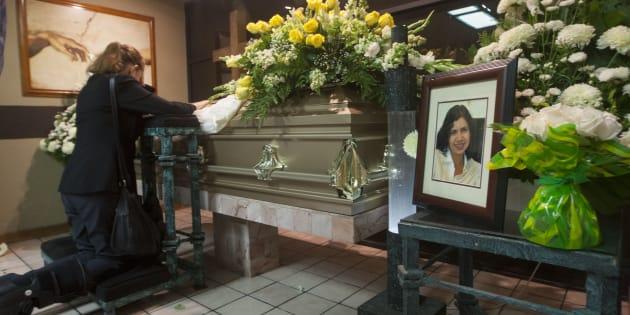 Familiares y amigos asisten al funeral de la periodista Alicia Díaz González, quien fue hallada muerta el jueves 25 de mayo en su casa en Monterrey, al norte de México.
