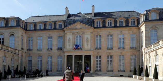 Partout, le chef de l'État rassemble, en France, il est celui qui divise.