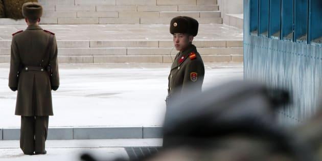 Soldados norcoreanos patrullan durante el encuentro intercoreano de alto nivel.
