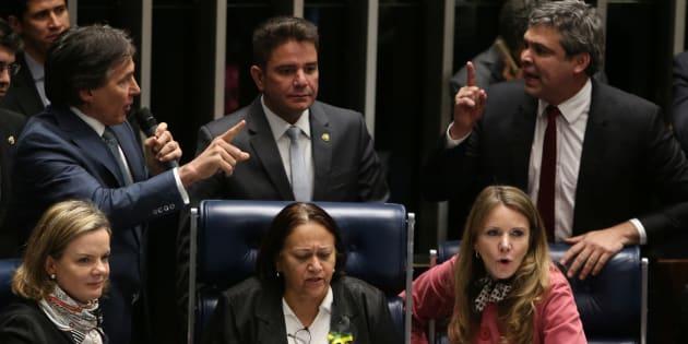 Senadoras Gleisi Hoffmann, Fátima Bezerra e Vanessa Grazziotin ocupam mesa diretora no plenário do Senado