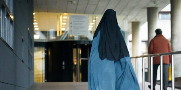 """""""Il giudice mi ha cacciata dal tribunale perché porto il velo islamico"""". La denuncia di un"""