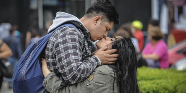 Dos novios se besan durante una tarde con frío en el Centro Histórico
