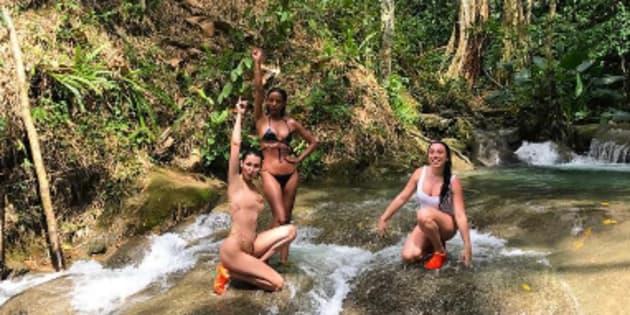 Bella Hadid en vacances en Jamaïque avec ses amies le 20 mars dernier.