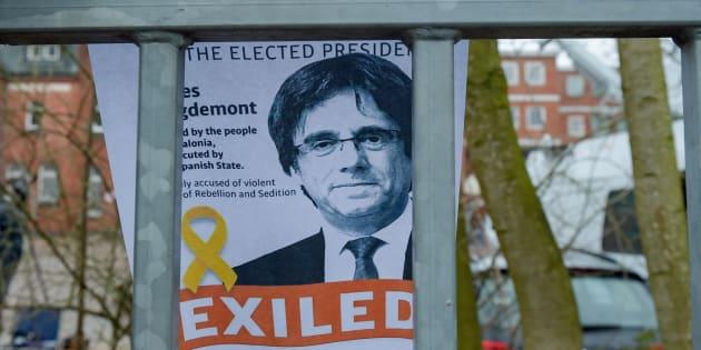 Un retrato de Carles Puigdemont cerca de la prisión en donde se encontraba al noreste de Alemania, el 27 de marzo de 2018.