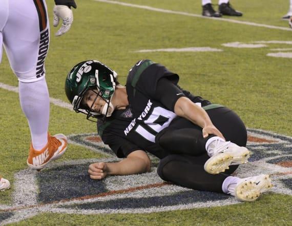 Jets quarterback suffers gruesome leg injury