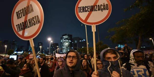 Manifestantes protestam em São Paulo contra reformas do governo de Michel Temer.