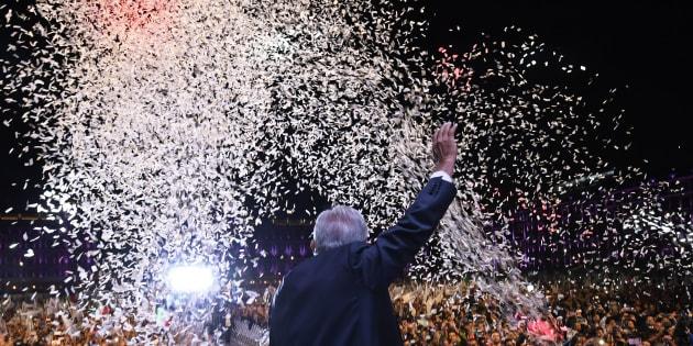 Andrés Manuel López Obrador, candidato ganador de la elección presidencial y fundador del partido Morena, festeja el triunfo de su movimiento en Zócalo de la Cuidad de México. Photo by ALFREDO ESTRELLA / AFP